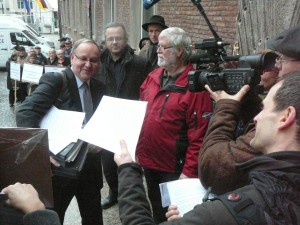 Vor Beginn der Sitzung - Gegner der Hubschrauberlandestation auf dem Kalkberg und die Initiative Buchheim 21 verteilen Flugblätter.