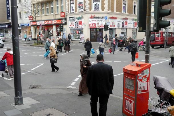 In Nippes vor dem Kaufhof haben die Fußgänger gemeinsam grün - Radfahrer bleiben jedoch außen vor. (Foto: Andreas Lemke)